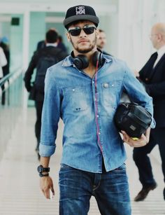 current mood: neymar in a denim shirt Granada, Hipster Vintage, Messi And Neymar, New Ray Ban Sunglasses, Good Soccer Players, Play Soccer, Best Player, Ronaldo, Sexy Men