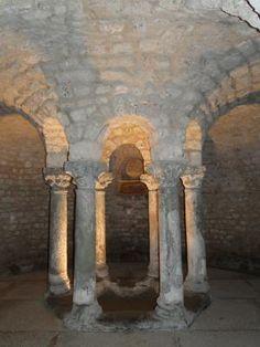 La crypte de l'église Saint Pierre de LEMENC à Chambéry, 1) Bâtie sur les vestiges d'un temple romain dédié au dieu Mercure, probablement à partir du 6°s, l'église serait à ce titre la plus ancienne de Chambery et l'une des plus anciennes de Savoie. Elle conserve une église du 11° et 16°s. Elle comporte par ailleurs une crypte contenant une rotonde passant pour être du 9° au 11°s, avec ds peintures murales du 16°s.