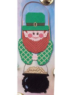 Plastic Canvas - Holiday & Seasonal Patterns - St Patrick's Day Patterns Size: 14 high, without hanger. Uses plastic canvas and worsted yarn. Canvas Door Hanger, Wall Canvas, Plastic Canvas Crafts, Plastic Canvas Patterns, Saint Patricks, St Patricks Day, Yarn Crafts, Home Crafts, Plastic Mesh