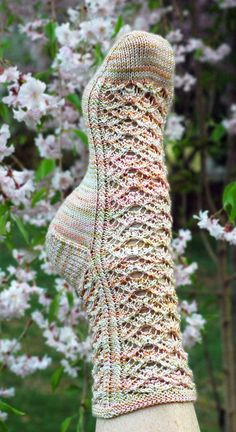 Knitting Patterns Socks Nancy& Fancy Socks pattern by Nancy Streicher - toe up - free pattern on Ravelry Knitted Slippers, Wool Socks, Crochet Slippers, Knitting Socks, Knitting Stitches, Knitting Patterns Free, Knit Patterns, Hand Knitting, Free Pattern