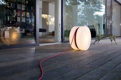 Das Kabel der Outdoorleuchte Yoyo ist 16 m lang und kann in beliebiger Länge abgerollt werden.