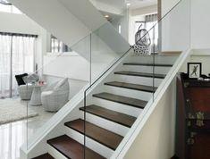 escalier bois en couleur cerise et blanc, escalier moderne avec garde corps en verre transparent, sol avec dalles en couleur ivoire, meubles en rotin peints en blanc avec table en rotin en blanc