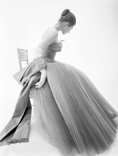 """mondfaenger: """" """" Fiona Campbell-Walter wearing a Hardy Amies gown, 1953 Photo by Norman Parkinson """" """" Glamour Vintage, Vintage Vogue, Vintage Beauty, Vestidos Pin Up, Vintage Dresses, Vintage Outfits, 1950s Dresses, Vintage Clothing, Hardy Amies"""