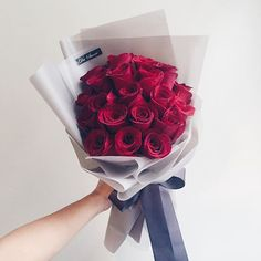 How to Choose Best Valentine's Day Flower Delivery Service in NYC Boquette Flowers, How To Wrap Flowers, Luxury Flowers, My Flower, Flower Pots, Bouquet Wrap, Hand Tied Bouquet, Flower Delivery Service, Flowers Online