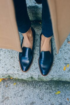 chic navy loafers, fall fashion — via // Mocassin slim noir / manteau camel Loafers Men, Pointed Loafers, Black Loafers Outfit, Camel Coat Outfit, Oxfords, Ladies Leather Loafers, Loafers Outfit Womens, Brogues Outfit, Flats