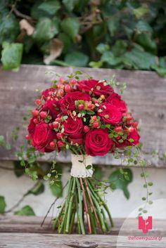 """Νυφική ανθοδέσμη από κόκκινα τριαντάφυλλα από το Flower Puzzle.  """"Κάθε event κι ένα αγαπημένο παζλ από λουλούδια!"""" Δείτε περισσότερα στο Gamos Portal!  #weddingflowers Floral Wreath, Puzzle, Wreaths, Flowers, Plants, Decor, Floral Crown, Puzzles, Decoration"""