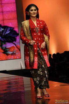 Koleksi Anne Avantie, Indonesia Sehati, IFW 2012, di Plenary Hall Jakarta Convention Center (26/02) Model Kebaya, Batik Kebaya, Javanese, Historical Clothing, Ikat, Lady In Red, Sari, Semarang, Female