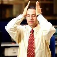 Frotando las sienes:       Cierre los ojos, manteniendo los codos sobre la mesa, coloca las manos sobre las sienes.     Con pequeños movimientos circulares frota suavemente las sienes primero hacia la derecha y luego hacia la izquierda.     Haga esto por 10 a 15 respiraciones largas y profundas.