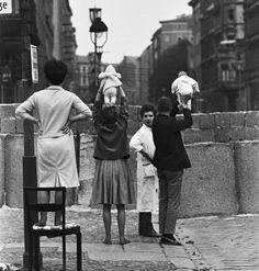 Um casal mostrando os filhos recém-nascidos para os avós do outro lado do Muro de Berlim em 1961. | 25 fotos incríveis que vão mudar sua visão da História