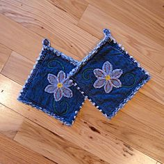 Daisy Denim Potholders - The Best Potholders Ever - Denim Potholders Jean Crafts, Denim Crafts, Sewing Crafts, Sewing Projects, Denim Ideas, Recycled Denim, Mug Rugs, Hot Pads, Pot Holders