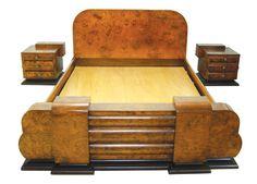 Magnifica cama de casal com par de mesinhas de cabeceira genuinamnete art deco em rádica