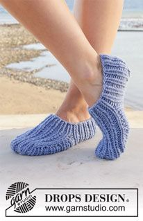 Free knitting patterns and crochet patterns by DROPS Design hausschuhe anleitung kostenlos Water Dip / DROPS - Free knitting patterns by DROPS Design Drops Design, Knit Slippers Free Pattern, Knitted Slippers, Knitting Patterns Free, Free Knitting, Crochet Patterns, Hat Patterns, Magazine Drops, Super Bulky Yarn
