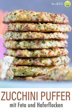 Leckere Zucchinipuffer mit Feta und Haferflocken. Schnell und einfach im Backofen oder Pfanne zubereitet. Familienessen oder als Kinderrezept. Buddha Bowl, Asparagus, Feta, Vegetables, Fitness, Blog, Vegetarian Recipes Easy, Veggie Recipes, Healthy Recipes