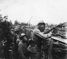 Les troupes françaises portant des masques à gaz posant dans une tranchée en Champagne, France, 1916. stereoview animée.