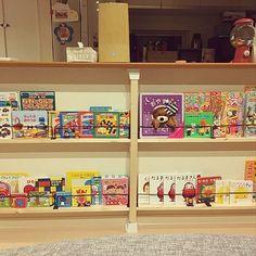 3LDKで、家族の、リビング/2×4材/セリア アイアンバー/本棚/ディアウォール/セリアについてのインテリア実例。 「キッチンカウンター下...」 (2018-04-17 21:17:17に共有されました) Bookcase, Shelves, Home Decor, Shelving, Decoration Home, Room Decor, Book Shelves, Shelving Units, Home Interior Design
