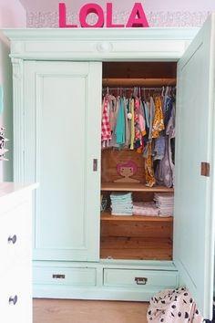 Kom kijken in Lola's grote meidenkamer vol kleur, DIY's en gave Ikea hacks die iedereen kan doen in zijn eigen interieur. Super hippe meiden kamer