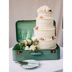 Pack your bags with a wedding cake ladies! Super cute idea  #wedding #weddingday #weddingcake #weddingideas #weddinginspo #weddingstylist #weddinginspiration #engaged #engagement #engagementring #bride #bridal #bridesmaids #bridetobe #cake #sweet