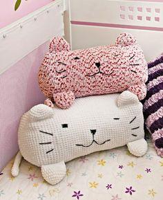 Crochet Kitty Pillows - The dream cat pillow? Crochet Diy, Crochet Home Decor, Love Crochet, Crochet Crafts, Crochet Dolls, Crochet Projects, Sewing Projects, Crochet Designs, Crochet Patterns