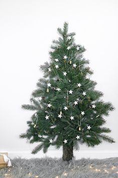 We've got the best alternative Christmas trees right here! These alternative Christmas tree ideas and projects will absolutely wow your friends and family, from dressboard trees to chalkboard trees and more. Tiny Christmas Trees, Book Christmas Tree, Hanging Christmas Tree, Christmas Lights, Christmas Decorations, Holiday Decor, Kids Christmas, Tree Lily, Balloon Tree