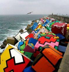 Obra de Agustin Ibarrola Goicoechea, en el puerto de Llanes, son unos enormes cubos de hormigón de vivos colores pintados a mano en la esc...