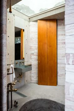 Tom Ferguson reports on his stay at the magnificent Invisible House in Sydney's Blue Mountains, designed by Peter Stutchbury in Don't miss it! Brass Bathroom, Laundry Room Bathroom, Laundry Rooms, Architecture Awards, Residential Architecture, Modern Architecture, Peter Stutchbury, Blue Moon Rising, Copper Taps
