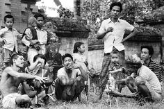 Hahnenkampf auf Bali, 1973 Schneckes/Timeline Images #70er #70s #blackandwhitephotography #retro #nostalgic #vintage #historisch #historical #kampfhahn #fightingcock #cock #hahn #Kampfhähne #personen #menschen #kinder #people #children # freizeit #freetime #group #Gruppe #indonesien #indonesia #rauchen #rauchend #smoke #smoking #bali #tradition #traditionell #traditional Che Guevara, Art, Kunst, Art Education, Artworks