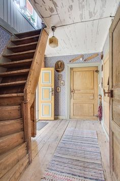 Old house hallway and stairs Swedish Farmhouse, Swedish Cottage, Swedish House, Farmhouse Style, Scandinavian Cottage, Swedish Interiors, Swedish Interior Design, House Stairs, Wooden House
