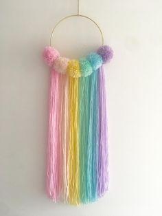 Wall Hanging Crafts, Yarn Wall Hanging, Diy Wall Art, Hanging Pom Poms, Pom Pom Crafts, Yarn Crafts, Ciel Pastel, Cute Diy Room Decor, Baby Decor