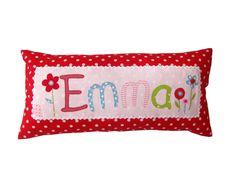 Dieses Namenskissen für Kinder ist ein liebevoller Hingucker im Kinderzimmer. Ein Kinderkissen als idealer Begleiter auf Reisen oder in den Kinderg... Sewing For Kids, Baby Sewing, Pillow Room, Bed Pillows, Sewing Hacks, Sewing Projects, Sewing Ideas, Patchwork Baby, Handmade Cushions