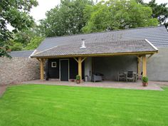 Eiken tuin met schuin dak. Ingemetselde pilaren. Ingebouwde kachel. Voorzien van Zweedse rabatdelen.