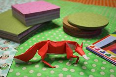 ¡Hemos sorprendido a un zorrito entre nuestros papeles de Origami! #Origami #Papiroflexia #Papelesespeciales #DIY #Zoográfico
