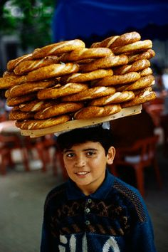 A boy carrying Simit bread, Turkey. We Are The World, People Around The World, Around The Worlds, Turkish Recipes, Ethnic Recipes, Capadocia, Street Vendor, Turkish Delight, Working People