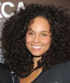 Alicia Keys päätti viime kesänä luopua meikeistä ja on sen jälkeen noudattanut luonnollista linjaa myös kaikissa esiintymis- ja edustustilanteissa. Hän joutui äskettäin arvostelun kohteeksi ja vastasi siihen napakasti.