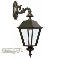 Aluminium Muur Lantaarn S-Arm   Oerdegelijke weerbestendige muur lantaarn. De lamp is groen gemoffeld afgewerkt voor extra duurzaamheid. Voorzien van glazen raamwerk. De muursteun is voorzien van twee gaten om de lamp aan de muur te bevestigen. 1x Grote fitting E27 Max 60 Watt  Materiaal: Gemoffeld aluminium / glas  Kleur: Donker Groen  Afmetingen: Hoogte: 66 cm Breedte: 20 cm Diepte: 20 cm  AN ALUMINIUM HANGING WALL LAMP - S-ARM