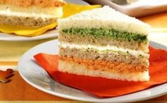 Sanduiche colorido. Faça patê de cenoura, espinafre, beterraba e faça camadas.