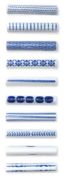 Japanese Chopstick Rest (Hashioki ). Porcelain. Each pattern is hand drawn. Size : W4/D8/H7.5mm - Designed by Fumio Tachibana: Mameshibori : AZKG00001, Enbusubi : AZKG00002, Seigaiha : AZKG00003, Komejirushi : AZKG00004, Ippon : AZKG00005, Arigato : AZKG00006, Yukimichi : AZKG00007, Atari : AZKG00008, Asahi : AZKG00009. 9€