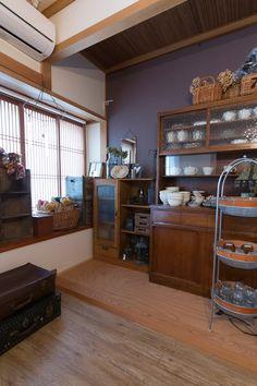 村上さんが仕事で使用する雑貨を保管している部屋。ここだけはもとの造りを残し、近所のおばあさんが粗大ゴミに出そうとしていた古い棚をもらってきて使用。