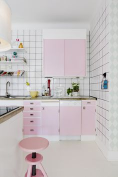 Par and Lovisa's white and rose kitchen. In love. (Image: Karen Foberg  via House of Pictures)