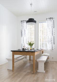 Gezellig samen eten aan deze lange houten eetkamertafel.  Meer wooninspiratie op mijn interieurblog http://www.interieurinspiratie.nl/