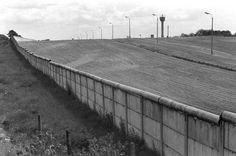 Die Mauer und die Grenzanlagen im Bezirk Spandau in Berlin, aufgenommen im  August 1974.  The Berlin Wall 1974