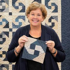 """Happy Trails Quilt Based on the vintage snail trail block, Jenny Doan demonstrates a new and """"sew"""" much easier way to make it all come. Quilt Square Patterns, Jelly Roll Quilt Patterns, Quilt Block Patterns, Quilt Blocks, Quilting For Beginners, Quilting Tutorials, Quilting Projects, Machine Quilting Designs, Star Quilts"""