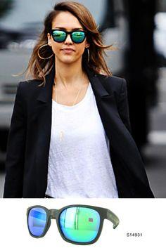 Imposible no dejarse seducir por un look casual y unas lentes espejadas si detrás esconden la mirada de #JessicaAlba   ¿Y tu mirada será misteriosa con las nuevas gafas de #MiróJeans?