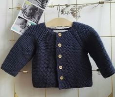 - And Felicie too! - Et Félicie aussi ! I propose here a model home cardigan for baby, corresponding to a size 12 months. Diy Clothes Tops, Diy Clothes Videos, Knitting For Kids, Baby Knitting Patterns, Tricot Baby, 7 Month Old Baby, Cardigan Bebe, Bikini Workout, Baby Sweaters