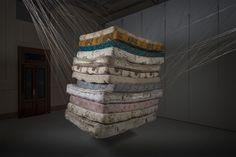 2013 Sem Título (Construções Suspensas: 12 Colchões) Linha de crochê e 12 colchões de casal usados (aproximadamente 250 quilos)   Santander Cultural PORTO ALEGRE / RS - BRASIL  Fotos: Fabio Del Re