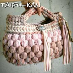 No photo description available. Crochet Bra, Crochet Tote, Crochet Handbags, Cute Crochet, Crochet Stitches, Crotchet Bags, Knitted Bags, Crochet Designs, Crochet Patterns