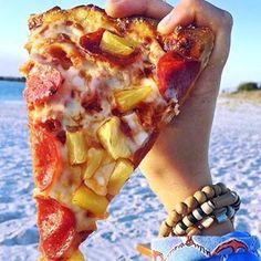 Spongebob got evicted ha..ha get it? @drinkndine_ #foodintheair #pineapple #pizza #overthesea #wrightsvillebeach #dadjokes