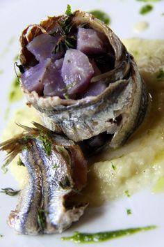 Cilindro di Alici con Patate viola su crema di finocchi Italian Wine, Wine Recipes, Italian Recipes, Wines, Cabbage, Alice, Vegetables, Eat, Food