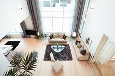 Talo Pitkäsessä korkea olohuone on talon sydän.