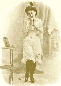 Les dessous de la Belle Époque mettent à l'honneur la dentelle, les rubans, et représentent un peu l'âge d'or du frou-frou. La femme revêt, dans l'ordre : une longue chemise, par-dessus laquelle elle lace son corset qui n'est jamais placé à même la peau. Puis elle met, souvent, un cache-corset brodé, des pantalons au bas de dentelles, une tournure (descendante de la crinoline), un ou des jupons et enfin sa robe.