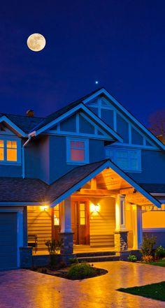 O seu jardim também merece atenção à noite. A iluminação garante mais segurança para a casa! <3